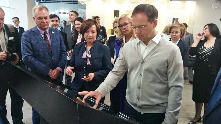 Министр культуры Мединский подарил новосибирским школам 16 пианино