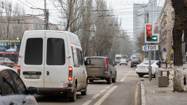 На опасном перекрестке в центре Волгограда вновь перенастраивают светофоры