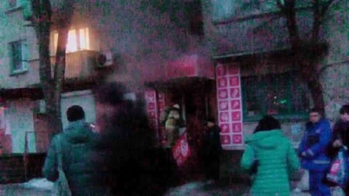 «Дым шёл в квартиры — 20 человек эвакуировали»: в Волгограде сгорел магазин с лучшей ценой