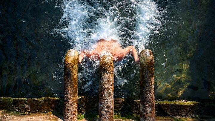Россия смывает грехи: 30 лучших фото из крещенских купелей