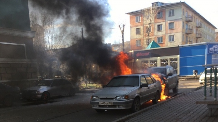 Во дворе на Юности горит автомобиль