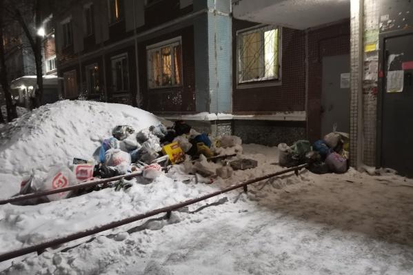 Жители дома Родники, 3 возмущены, что управляющая компания не реагирует на их жалобы на мусор.
