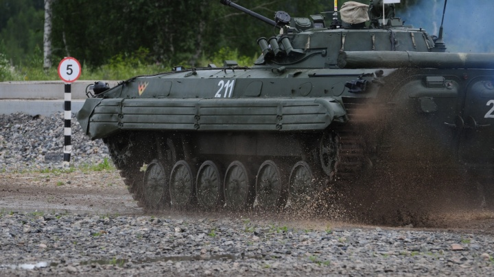 Разведчики устроили гонки на броневиках под Новосибирском
