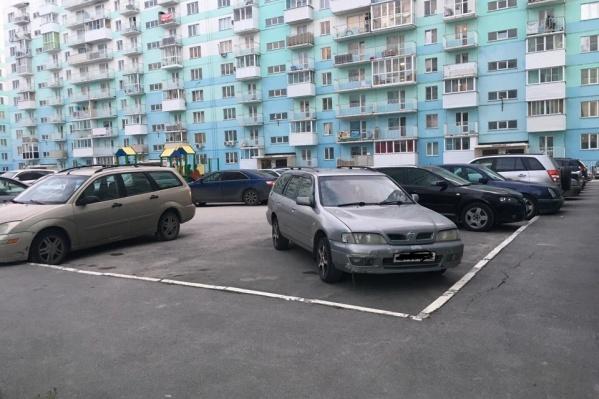 На этой парковке ночью украли аккумуляторы с восьми машин