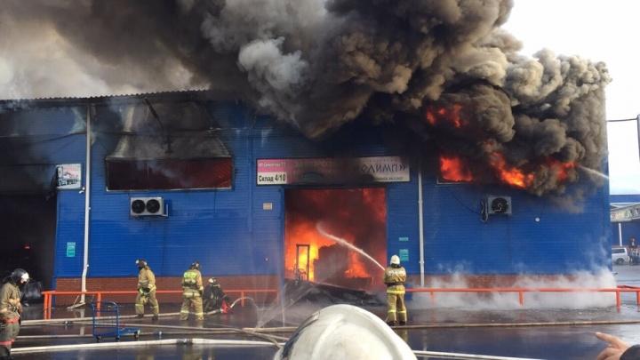 Пожар на складе рынка «Енисейский привоз» локализован