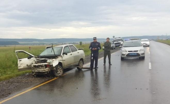 Два тела накрыли полотном: на трассе в Башкирии произошло смертельное ДТП