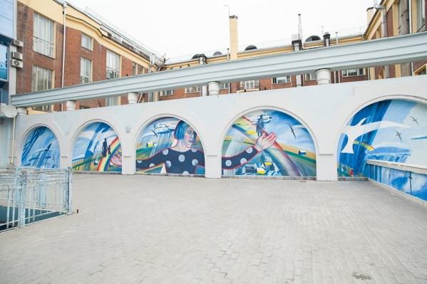Вместо стихийных надписей на этой стене появилась художественная композиция
