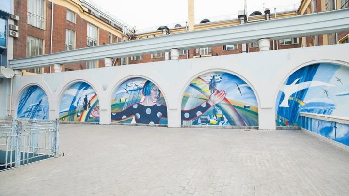 Сибирячка красиво расписала стену рядом с Облпотребсоюзом