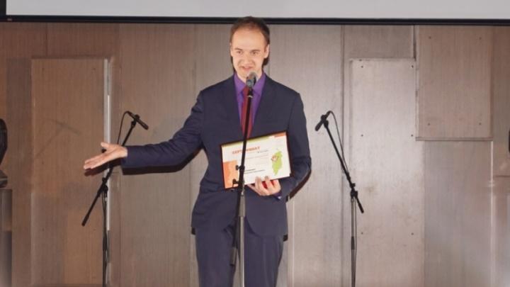 Звание «Учитель года» и премию в 100 тысяч получил педагог из Ачинска