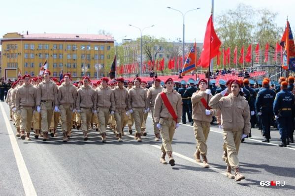 Сразу с площади Куйбышева юнармейцы отправились в близлежащие дворы