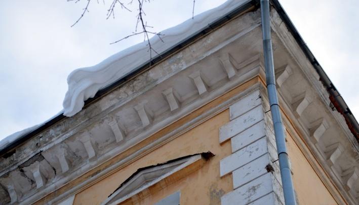 В Перми двое рабочих упали с крыши во время чистки снега
