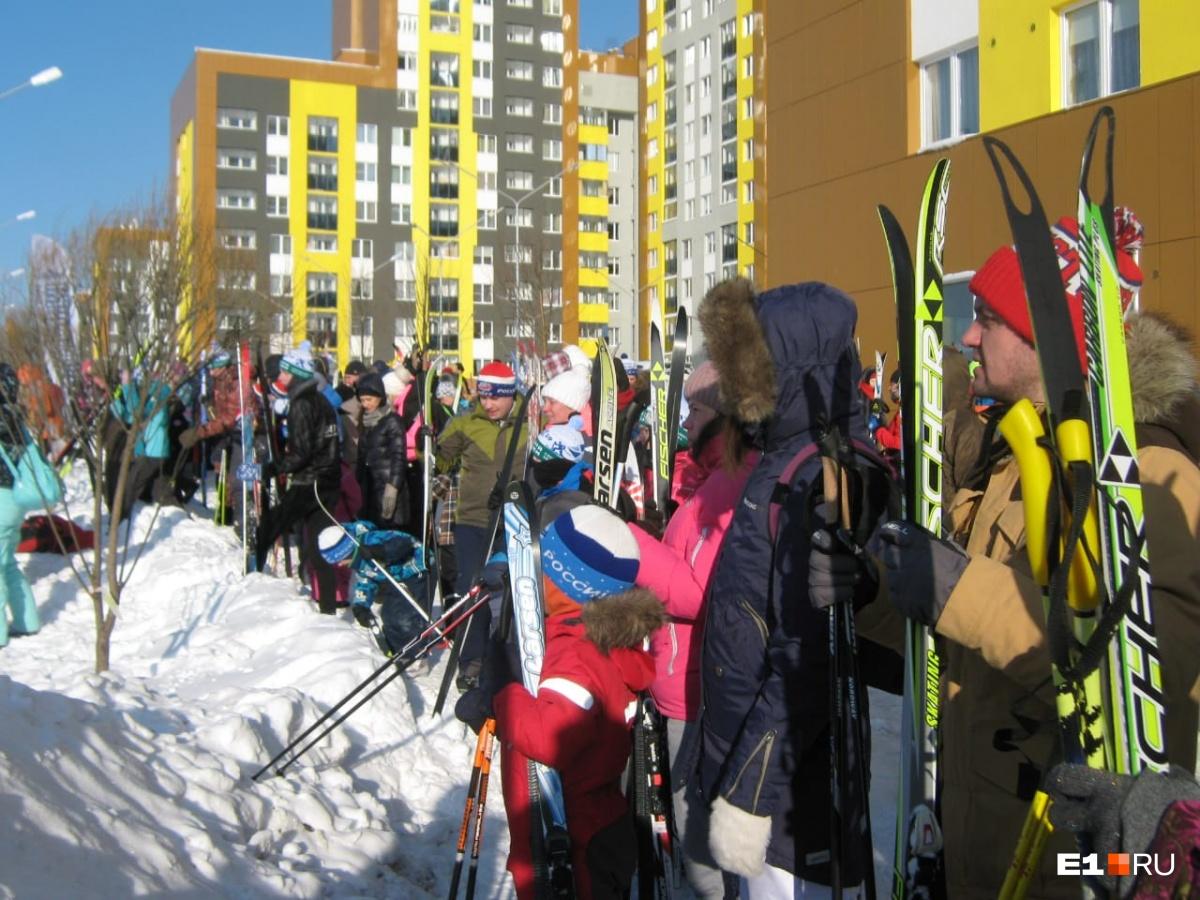 В Академическом было много желающих пробежаться на лыжах