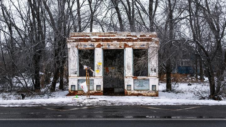 Доски объявлений с функцией туалета: фотограф Волгограда показала доживающие свой век остановки СССР