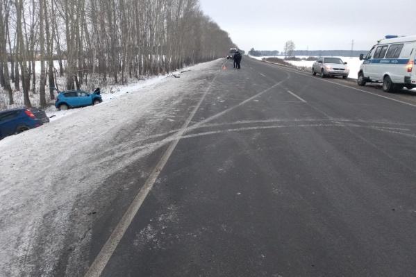 Автомобили столкнулись на 91-мкилометре трассы Тюмень — Омск неподалёку от Заводоуковска. Сотрудники ПФР, ехавшие в Renault, и работница налоговой изSolaris в день аварии направлялись на работу
