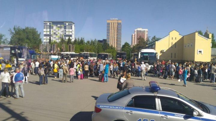 Тысячу детей собрали возле цирка и вывезли из Новосибирска