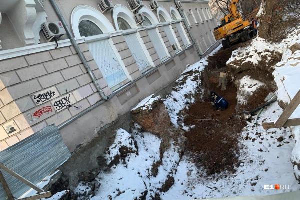 Трубы тянут к «Синара-центру» через дом-памятник на Верх-Исетском бульваре, 18