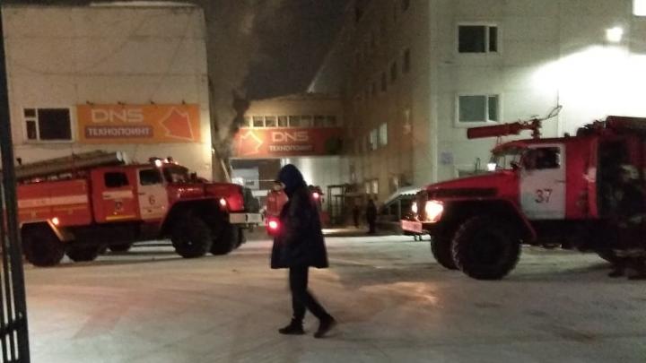 Пожар в Кировском районе: горит офисное здание