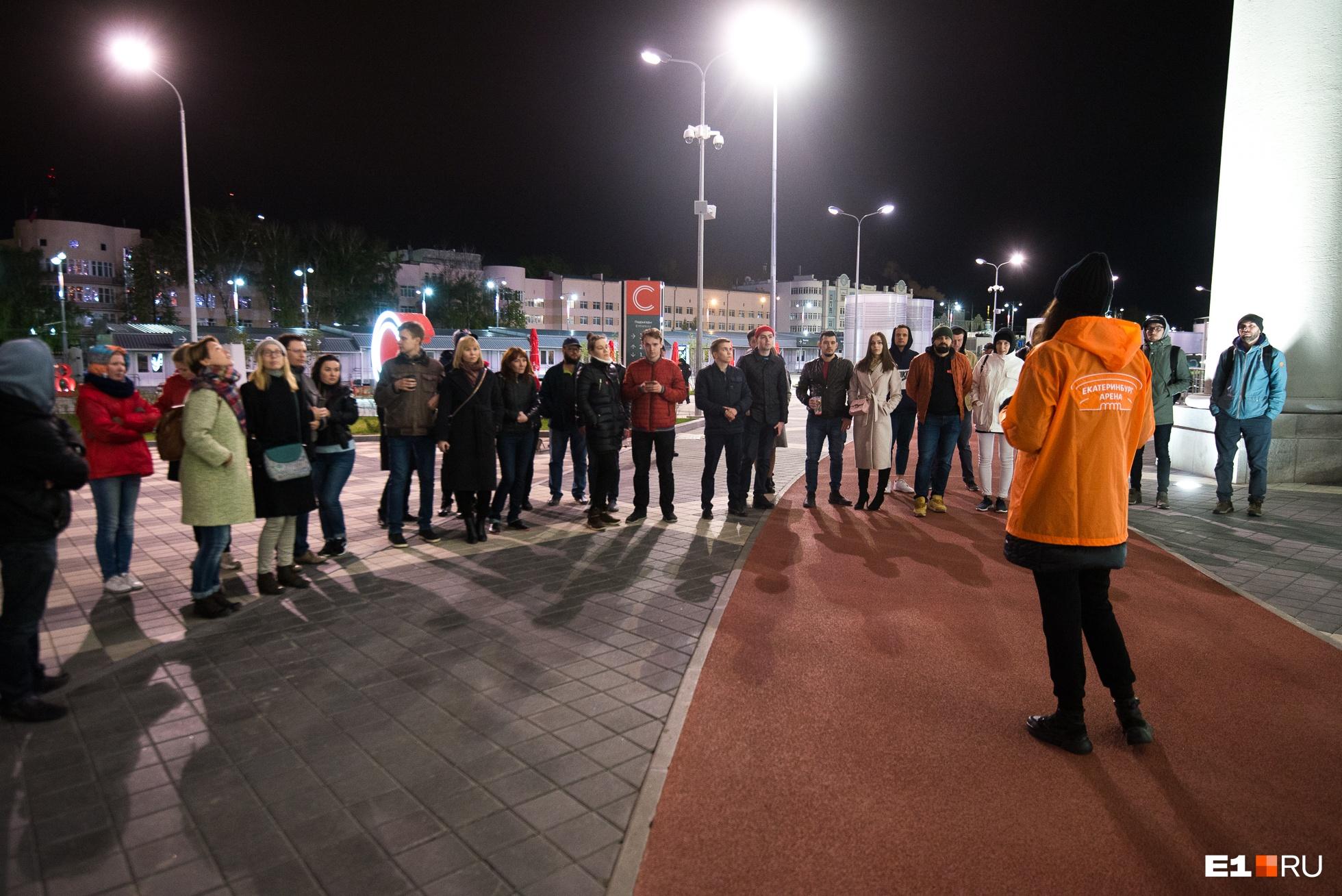 Легкоатлетическая дорожка перед стадионом не используется по назначению. Это, скорее, элемент оформления территории стадиона
