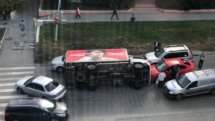 «Перекрыл половину дороги»: на Первомайской перевернулся грузовик