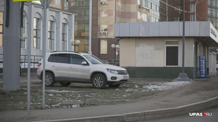 По газону не кататься — в Башкирии начнут штрафовать за парковку на детских площадках