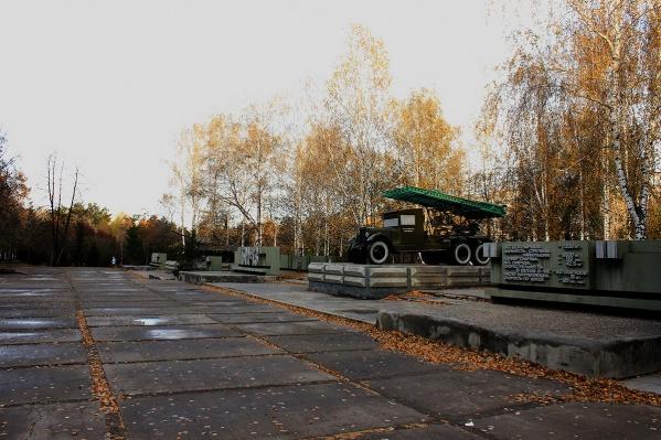 До реконструкции парк почти без изменений сохранял тот вид, который придали ему после строительства монумента (фото 2013 года)