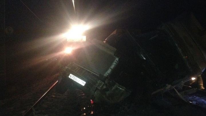 Под Каменском-Уральским товарный поезд уничтожил бензовоз: водитель погиб