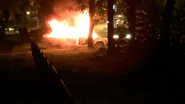 """""""Люди кричали, что внутри остался Бобёр"""": на Юго-Западе в машине сгорел мужчина"""