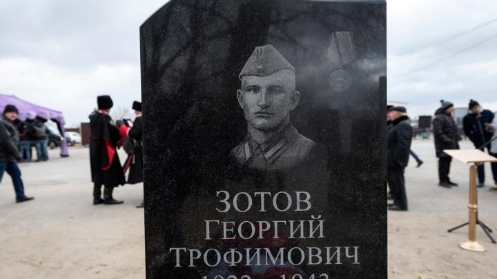 «Раздался взрыв — и вспыхнул самолёт!»: в Волгограде открыли памятник лётчику Георгию Зотову