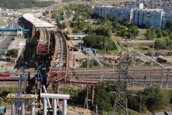 Строители начали надвигать пролетное строение над железнодорожным путепроводом