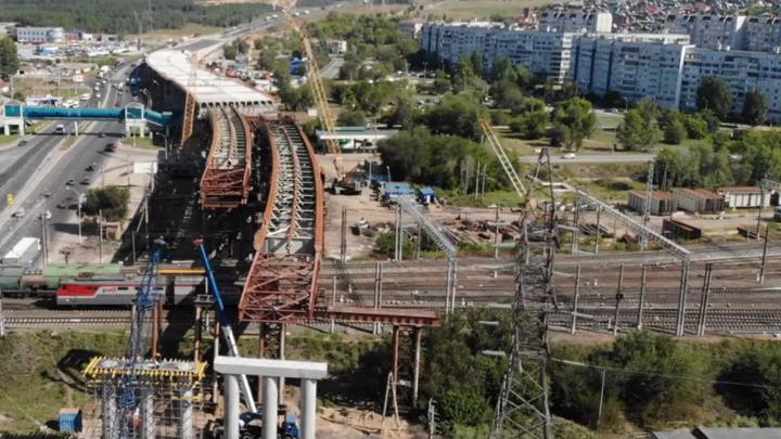Строят мост над железной дорогой: трехуровневую развязки в Тольятти сняли с воздуха
