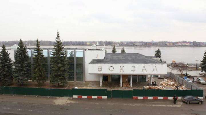 «Коробку из бетона памятником сделали»: реакция соцсетей на скандал со зданием речного вокзала