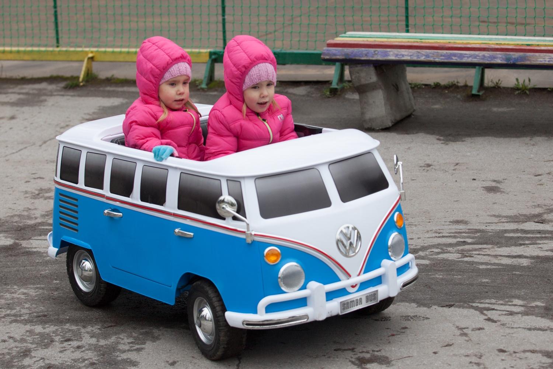 Встречи двойников проходят в последнее воскресенье мая, но в этот раз дети были одеты в тёплые куртки