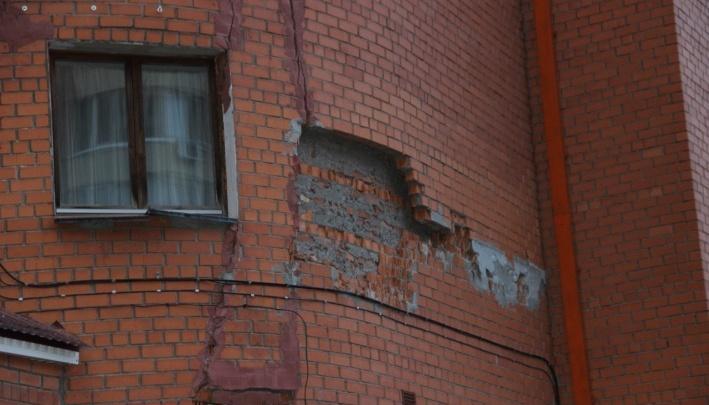 Уфимский застройщик, с многоэтажки которого рушатся кирпичи, заплатит неустойку