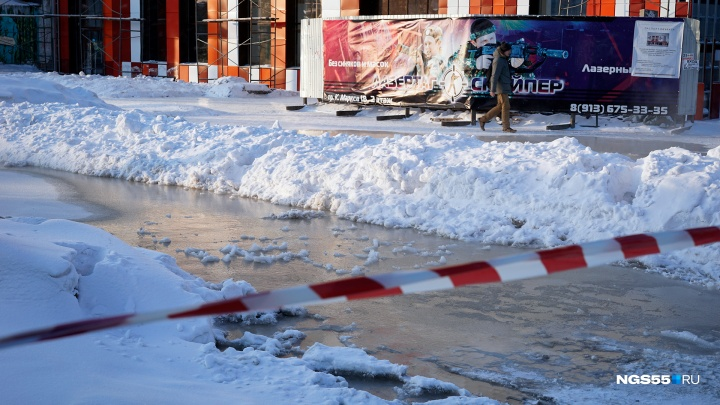 На Маркса рядом с транспортным университетом водой размыло асфальт