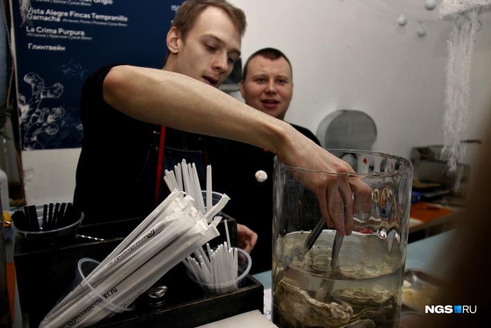 Живых устриц можно заказать в баре «Морики» от 150 рублей за штуку