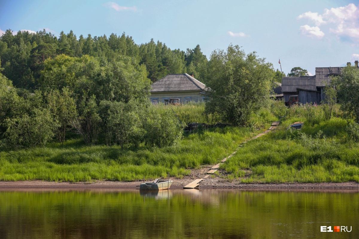 Определить с реки, жилая ли перед тобой деревня, можно по наличию лодки и причала