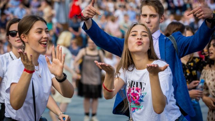 Уже не дети: как в Новосибирске школьники отмечали выпускной всю ночь