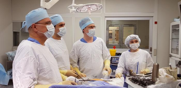 Бригада состоялаиз трех хирургов-онкологов и медицинской сестры