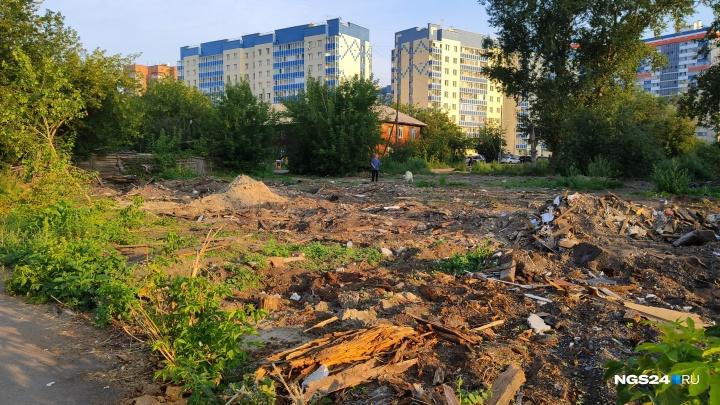 У «Белых Рос» снесли старые бараки ради парка и бросили площадку вместе с мусором