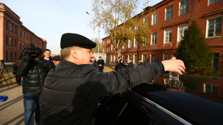 По новой дороге проехала Audi мэра со стаканом воды на крыше