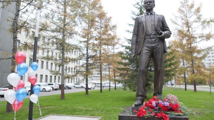 В сквере на Металлургов открыли памятник основателю КраМЗа
