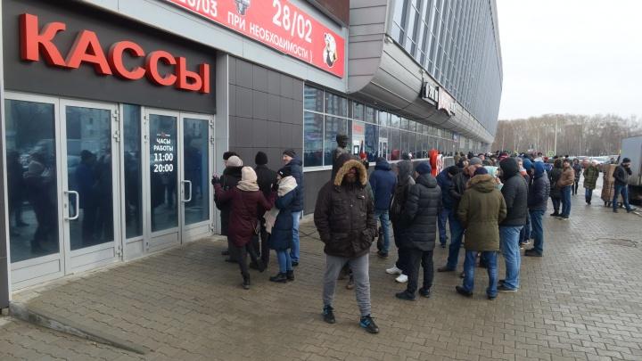 Все хотят на хоккей: прямой эфир из огромной очереди за билетами на матчи «Автомобилиста»