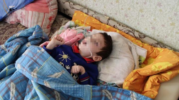Ребенку из Уфы полтора года отказывают в лечении, мальчика уже кормят через зонд