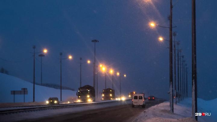 На северодвинской трассе молодой человек погиб под колесами иномарки