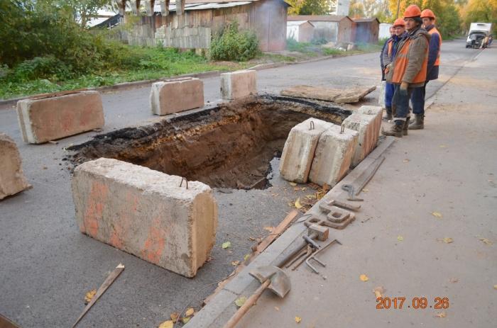 На отремонтированной дороге раскопали яму