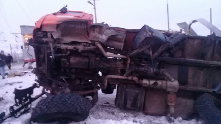 В Самарской области товарный поезд протаранил КАМАЗ на железнодорожных путях
