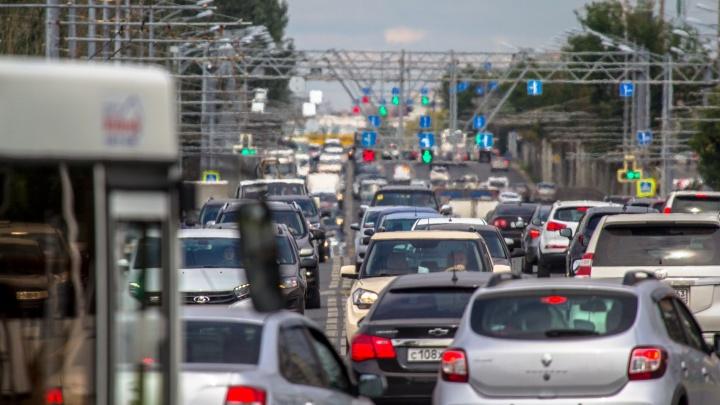 «Это коллапс!»: Московское шоссе встало в пробку из-за вздувшегося асфальта
