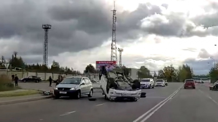 Пассажирку увезла скорая: в Рыбинске в ДТПLand Cruiser перевернулся на крышу. Видео