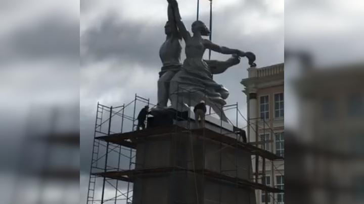 В Верхней Пышме установили 20-метровую копию легендарного памятника «Рабочий и колхозница»