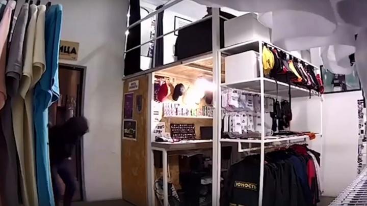 «За сумку с динозавром будет мыть полы»: волгоградец неудачно обокрал магазин — видео